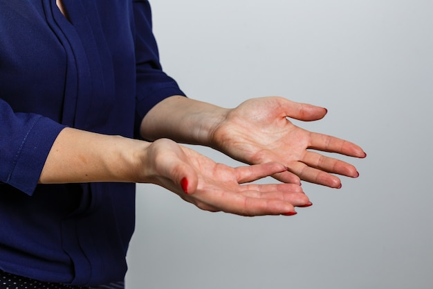 Conteggio delle mani femminili. attenzione, fermati