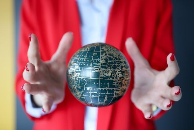 Le mani femminili riparano la palla con la magia. magia e ciarlataneria nel concetto di mondo moderno
