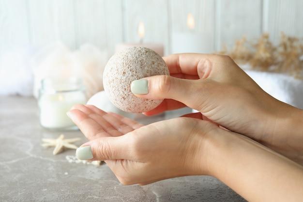 Le mani femminili tengono la palla da bagno, da vicino