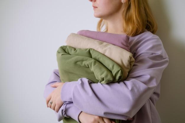 Mani femminili che tengono bellissimi tessuti di cotone color pastello