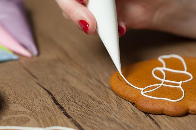 Mani femminili che producono i biscotti
