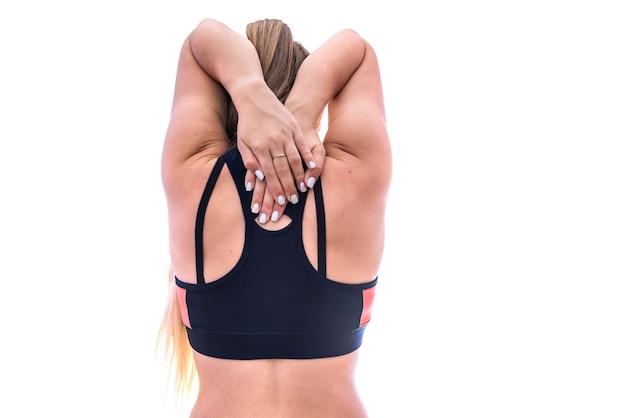 Mani femminili sul collo dal lato posteriore isolato su bianco