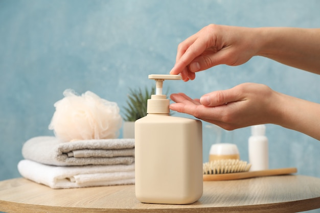 Mani femminili spremere sapone liquido. concetto di igiene personale
