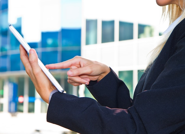 Mani femminili che toccano la tavoletta digitale