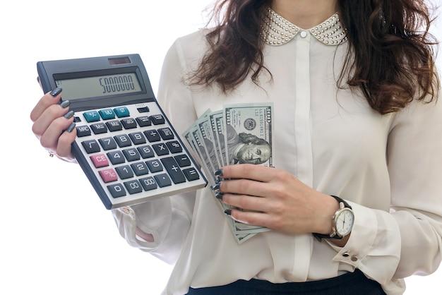 Mani femminili con il primo piano del calcolatore isolato su bianco