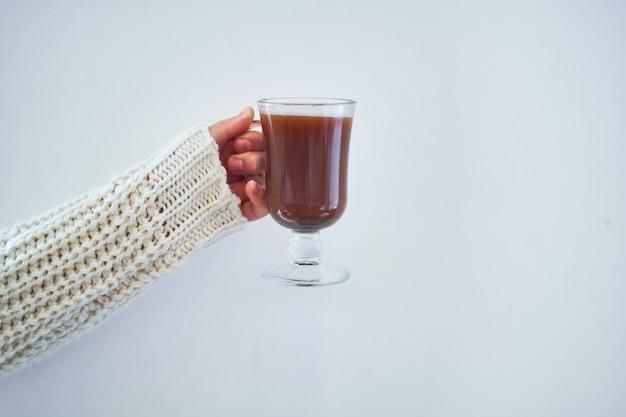 Mani femminili con la tazza di cioccolata calda