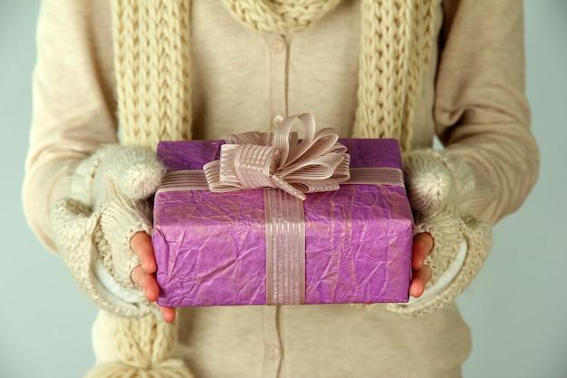 Mani femminili con confezione regalo, primo piano