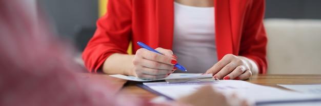 Le mani femminili sul tavolo di lavoro con indicatori di attività commerciale. concetto di sviluppo di piccole e medie imprese