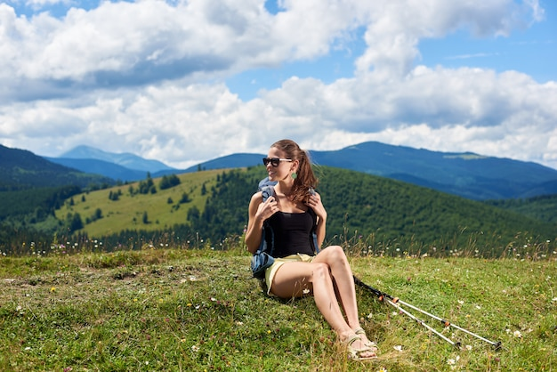Viandante femminile nel sentiero di montagna