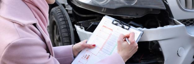 L'agente assicurativo femminile registra un caso assicurativo per l'assicurazione del trasporto automobilistico per incidenti stradali
