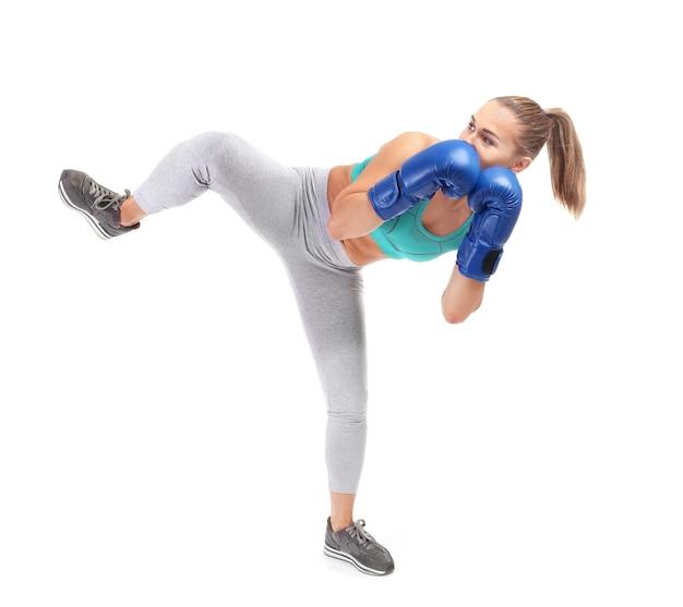 Kickboxer femminile su bianco