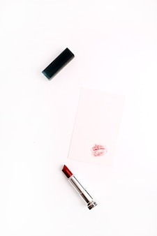 Forma di bacio femminile su carta con rossetto rosso. stile di vita piatto, vista dall'alto