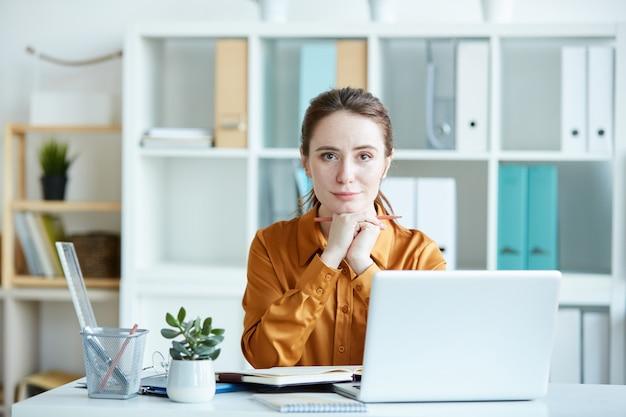 Capo femminile che lavora in ufficio