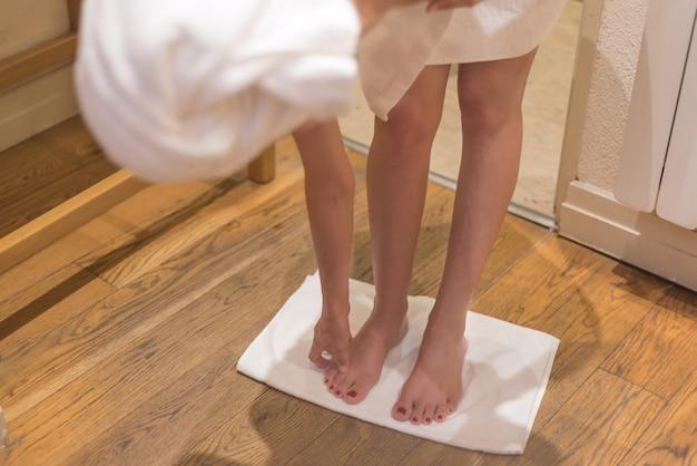 Gambe femminile in telo da bagno.