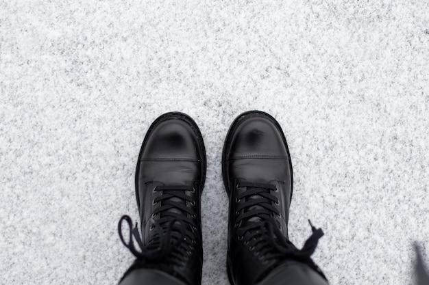 Piedini femminili in scarpe invernali nere