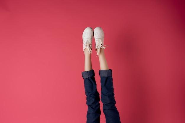 Gambe femminili capovolte ritagliate vista sfondo rosa moda