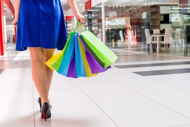 Piedini femminili con sacchetti di imballaggio nel centro commerciale