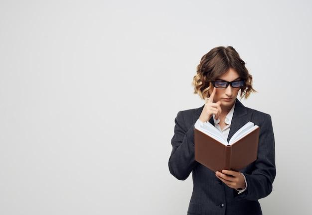 Documenti del manager donna in mano nell'ufficio esecutivo
