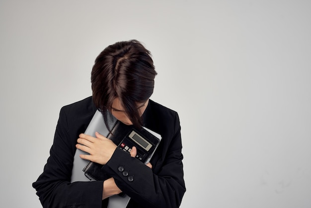 Il manager femminile documenta il lavoro professionale sfondo isolato