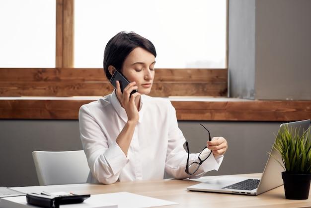 Il manager femminile nell'ufficio documenta il lavoro professionale sfondo isolato