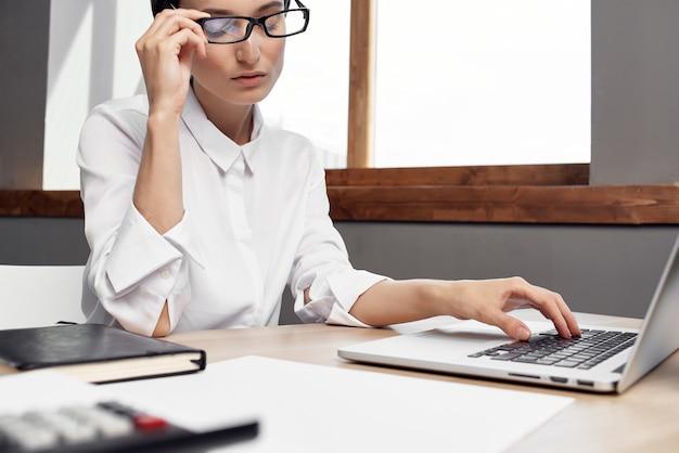 Responsabile femminile nello stile di vita dello studio esecutivo della segretaria dell'ufficio