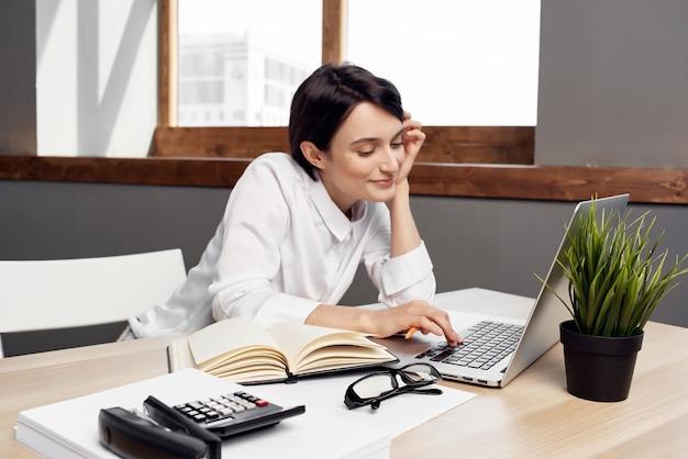 Manager donna in ufficio con gli occhiali fiducia in se stessi sfondo isolato