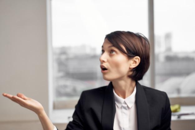 Fondo chiaro esecutivo femminile dell'ufficio della segretaria del manager