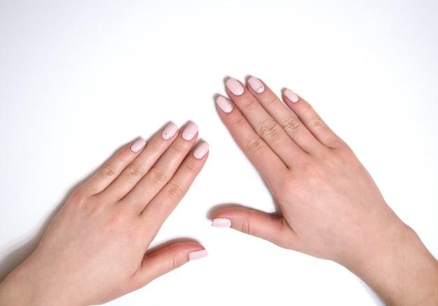 Manicure femminile su sfondo bianco. manicure semplice per una ragazza. banner.