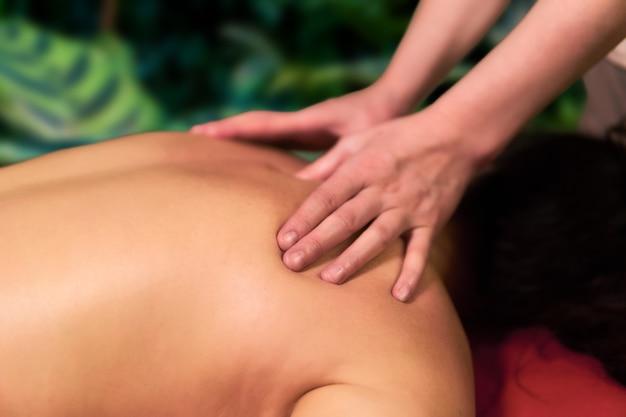 Le mani del terapista manuale femminile durante il primo piano del lavoro
