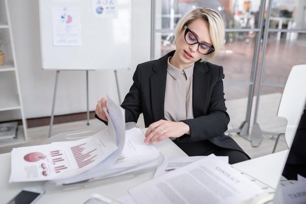 Esperto di marketing femminile in ufficio