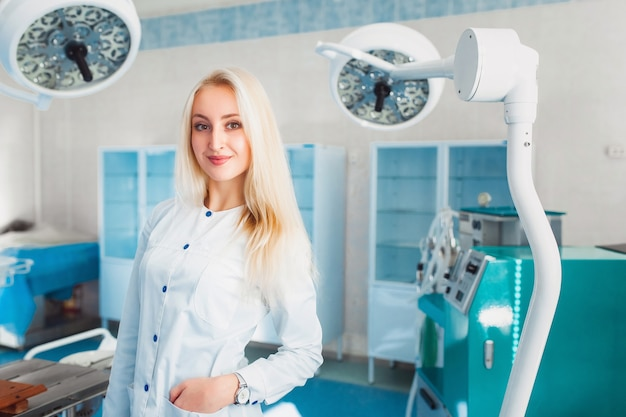 Studentessa di medicina con strumento chirurgico in pausa. concetto di sanità e medicina