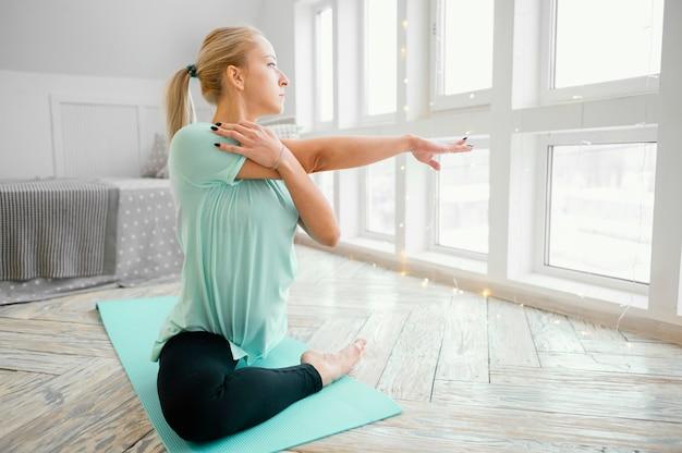 Femmina meditando sulla stuoia