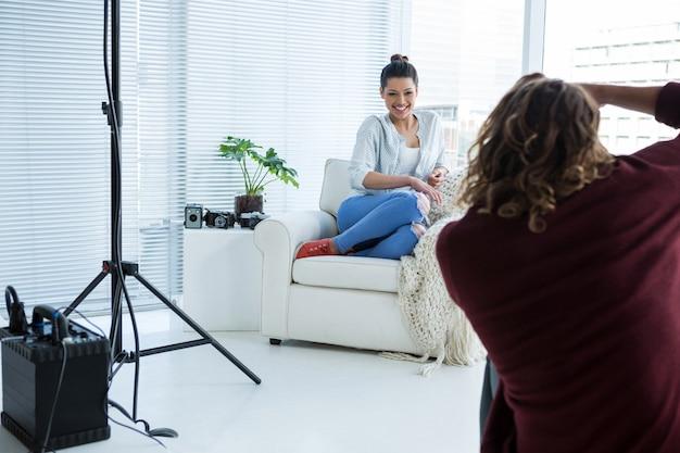 Modello femminile in posa per il fotografo