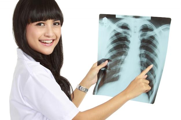 Infermiera femminile che esamina raggi x