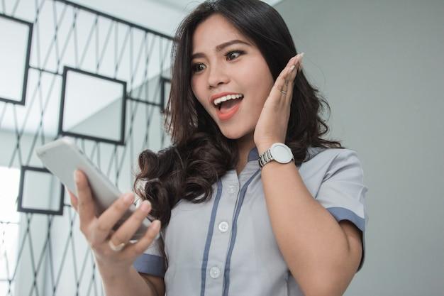 Infermiera femminile nel tiro usando il cellulare