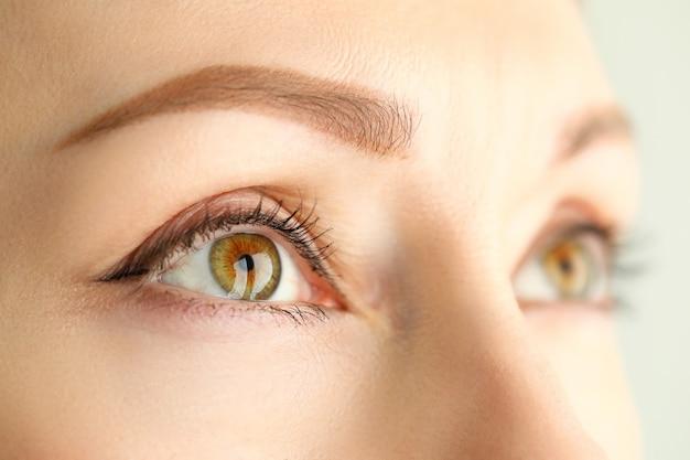 Occhi femminili sorprendentemente spalancati di colore verde arancio
