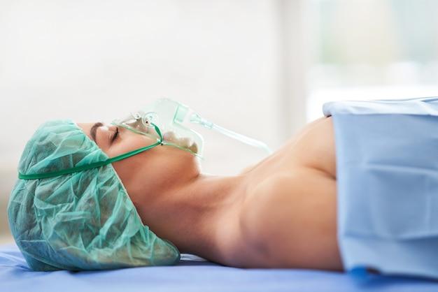 Paziente di sesso femminile in terapia respiratoria in convalescenza in ospedale