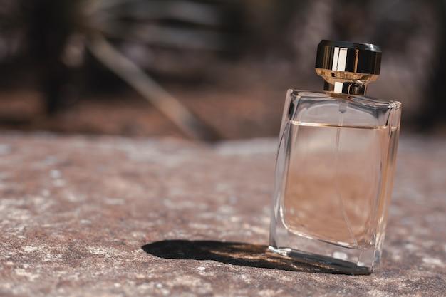 Bottiglia di profumo femminile su pietra