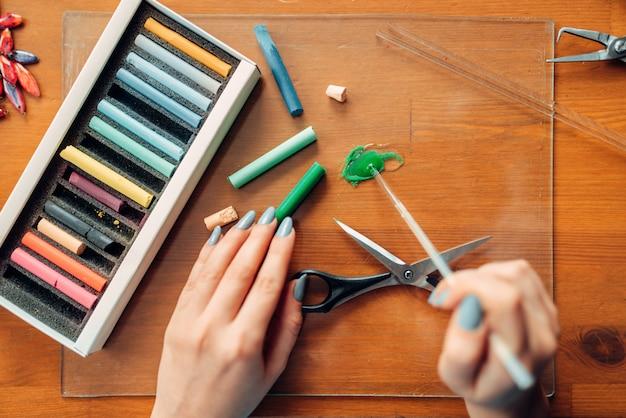 Persona di sesso femminile che lavora con argilla polimerica colorata, vista dall'alto, ricamo. gioielli fatti a mano, processo di produzione di bigiotteria