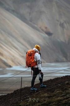 Fotografa femminile a landmannalaugar nella riserva naturale di fjallabak, le highlands dell'islanda