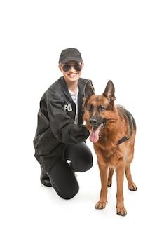 Ufficiale di polizia femminile con cane su bianco