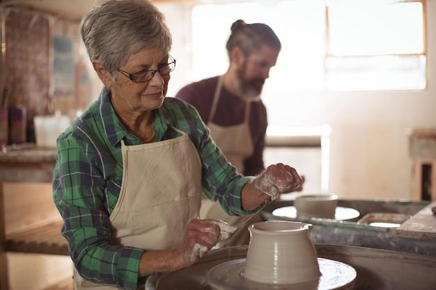 Vasaio femminile che fa un vaso