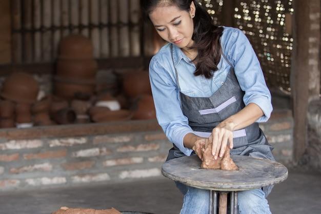 Vasaio femminile che fa vaso