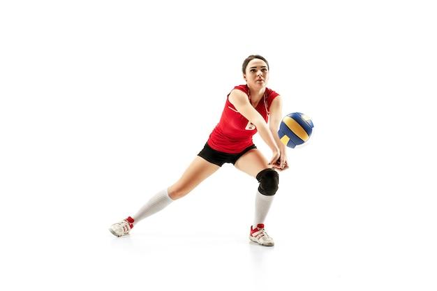 Giocatore di pallavolo professionista femminile isolato su bianco con la palla. l'atleta, l'esercizio, l'azione, lo sport, lo stile di vita sano, l'allenamento, il concetto di fitness Foto Premium