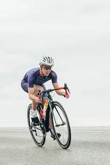 Ciclista su strada femminile in bicicletta veloce