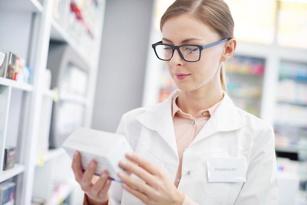 Impiegata addetta alle vendite che studia composizione dei farmaci