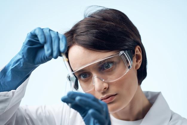 Scienziata in camice bianco professionista del laboratorio di ricerca