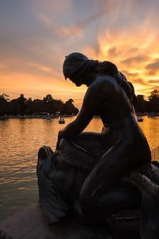 Scultura femminile nel lago del parco del buen retiro, madrid