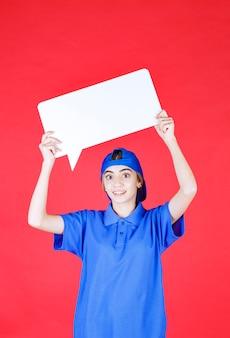 Agente di servizio femminile in uniforme blu che tiene un banco informazioni rettangolo sopra la sua testa.