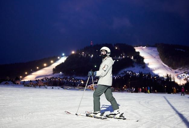Sciatore femminile dopo la giornata sugli sci in piedi sugli sci